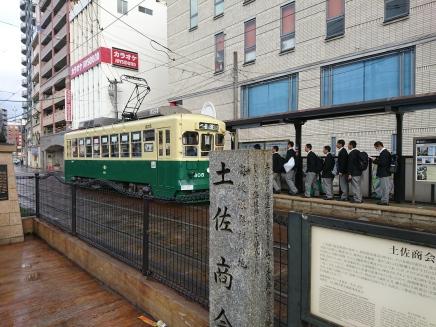pelajar antri untuk naik trem